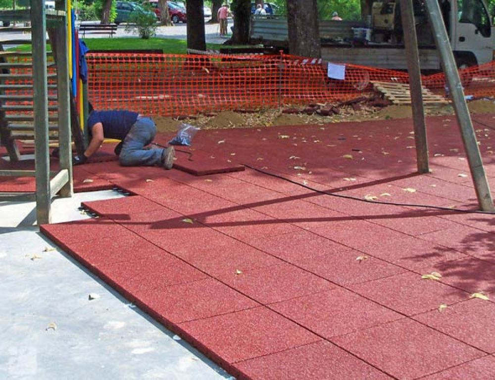 Piastrelle antitrauma rossa 50x50 sp 3cm c spinotti hic for Piastrelle esterno 50x50
