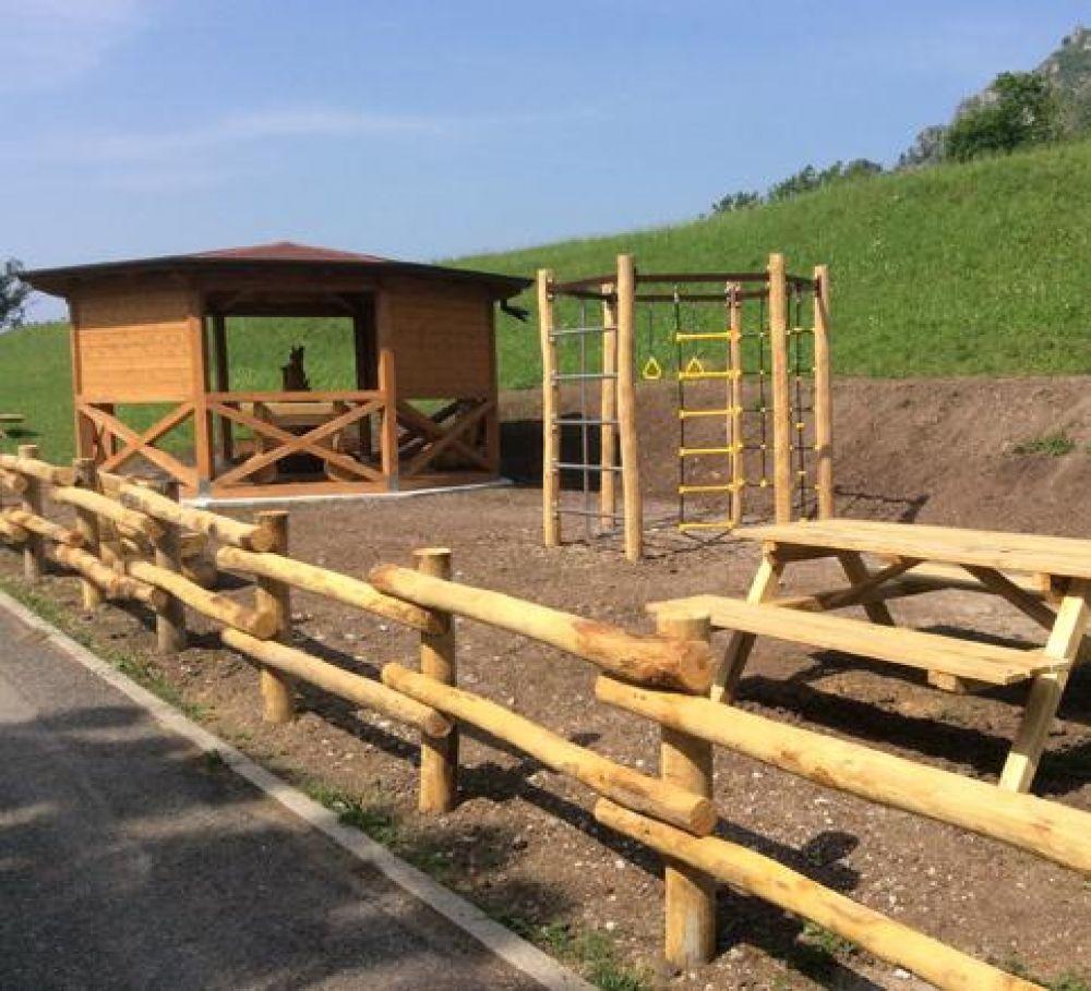 Staccionata in legno di castagno ottima per ambienti for Ambienti esterni giardini