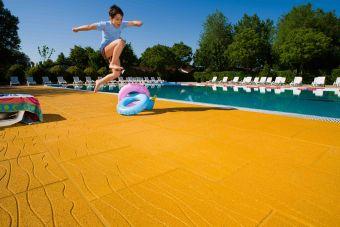 Piastrella antitrauma 7mm EPDM per bordi piscina effetto Sand-Sation