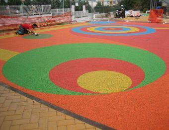 Pavimentazione colata gettata in opera 4 cm con finitura EPDM colore melange 70%