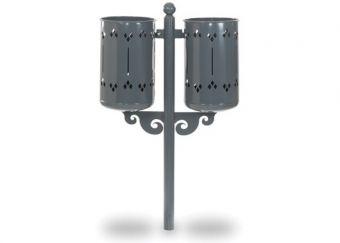Cestino Old Style Double, con decorazioni geometriche e paletto di sostegno in acciaio. Colore Grigio, ideale per essere fissato alla pavimentazione.