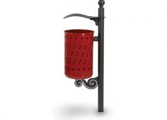 Cestino Ramblas, con paletto progettato per il fissaggio alla pavimentazione. Con tettuccio, colore Rosso Rubino.