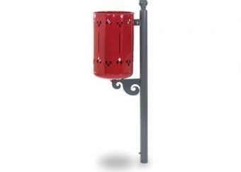 Cestino Old Style, con paletto di sostegno e modulo inferiore decorativo. Colore Rosso, predisposto per l'ancoraggio al pavimento.