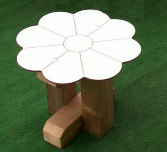 Sgabello Fiorellino, pratico e compatto per arredi esterni e giardini.