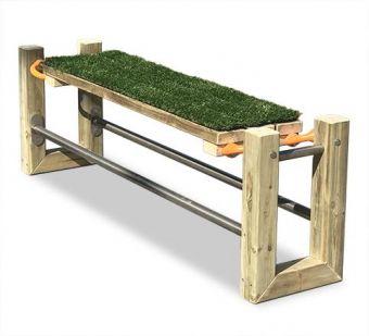 Panca Swing, senza schienale e con seduta rivestita in comodo prato sintetico.