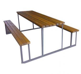 Set Legno e Struttura in Metallo, con due panche e un tavolo.