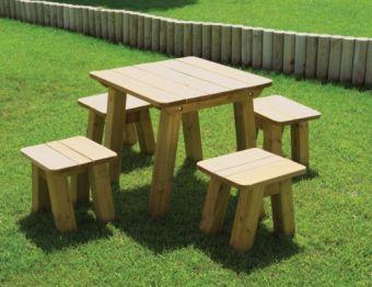 Tavoli e panchine in legno da esterno per giardino