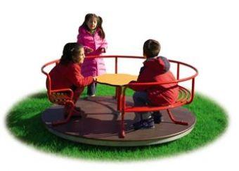 Max Giostra con divanetto e pianale in legno ideale per parchi pubblici.